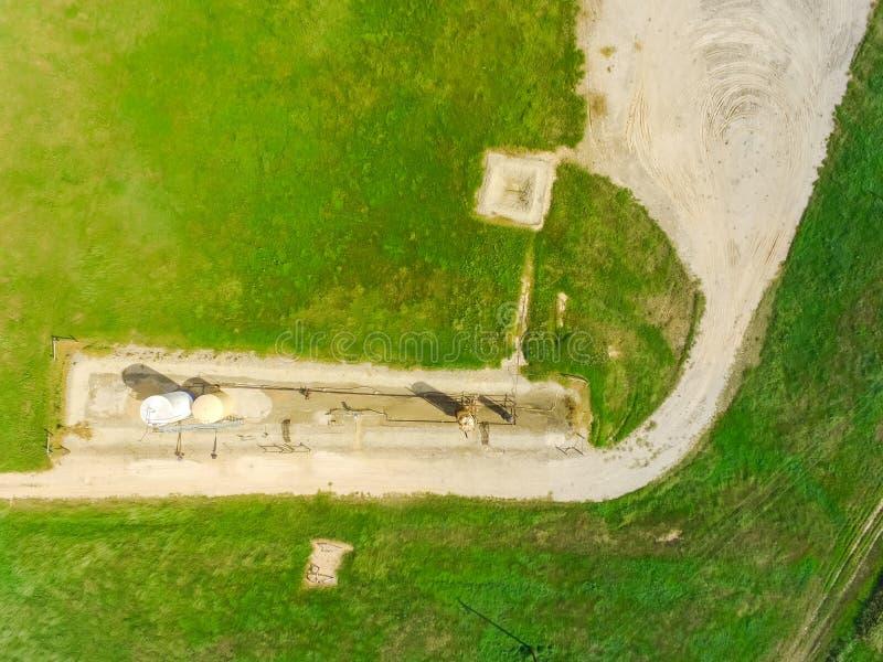 Jaque de trabalho da bomba da vista superior que bombeia o óleo bruto na granja do La, Texas imagens de stock