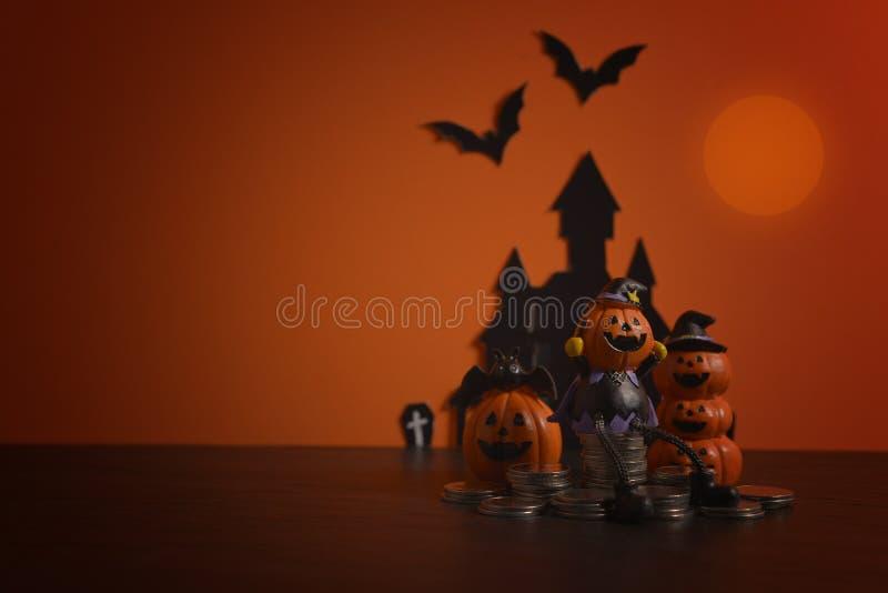 Jaque-o-lanterna das abóboras de Dia das Bruxas no fundo alaranjado Fundo feliz da abóbora de Halloween Halloween Jack-o-lanterna imagens de stock