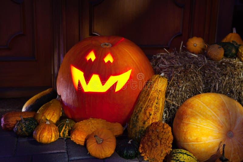 Jaque-o-lanterna de Halloween na noite imagens de stock