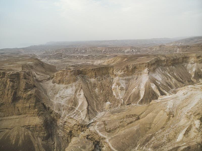 Jar w Judejskim Pustynnym Midbar Yehuda na nieżywym morzu, Izrael Tło nieżywa ziemia w pustyni na Zachodnim banku obraz stock