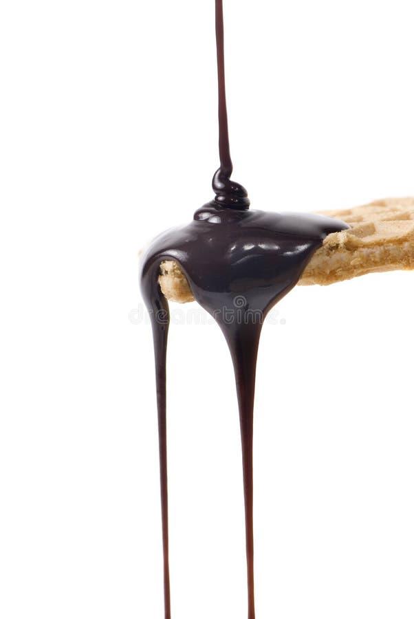 Jarabe de chocolate en la galleta de la oblea foto de archivo libre de regalías