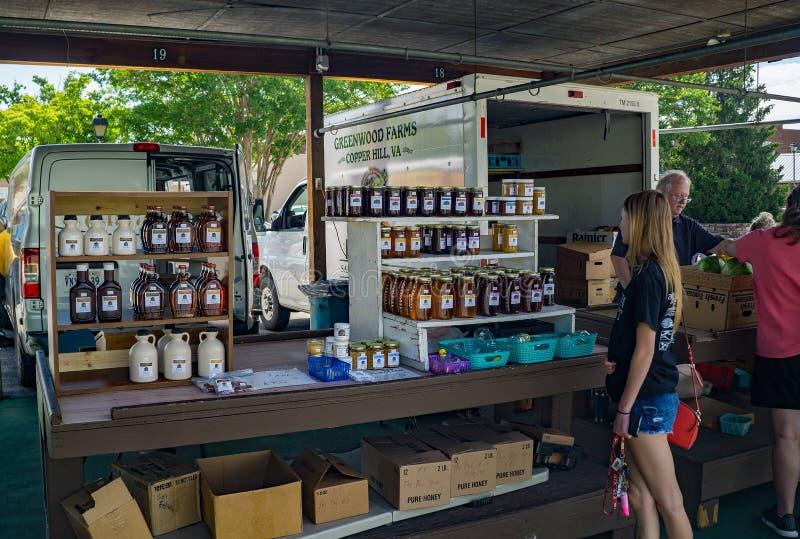 Jarabe y miel puros localmente hechos de arce foto de archivo libre de regalías