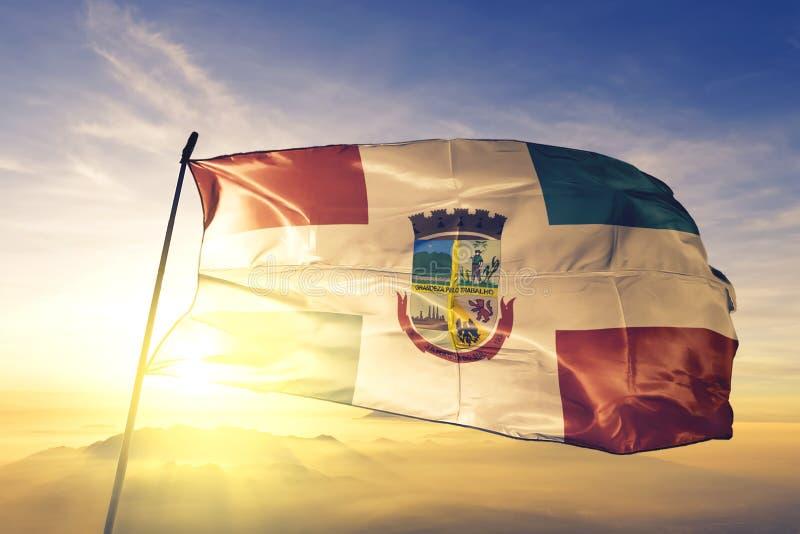 Jaragua do Sul of Brazil flagge winkt auf dem obersten Sonnenaufgangsnebel stockfoto