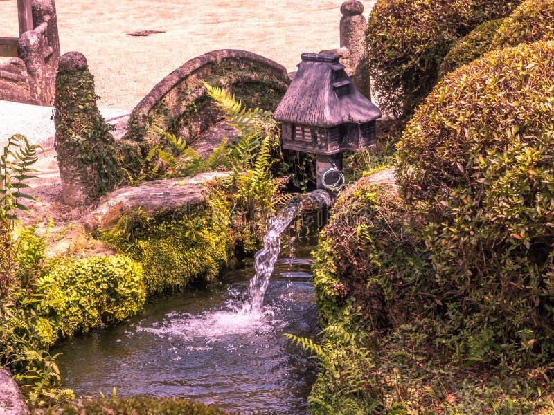 Jardín acuático con plantado, jardín de rocalla y cascadas artificiales, Ja fotografía de archivo libre de regalías