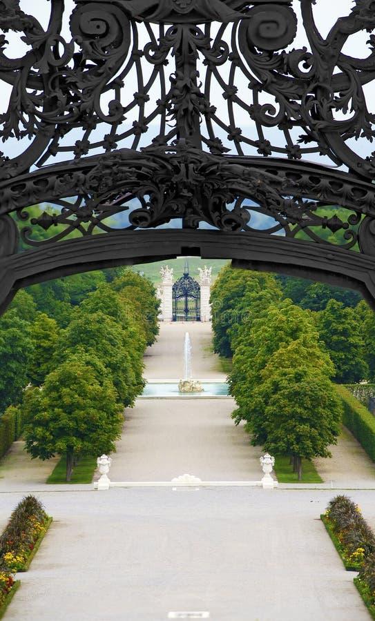 Jardín barroco con una fuente imagen de archivo libre de regalías