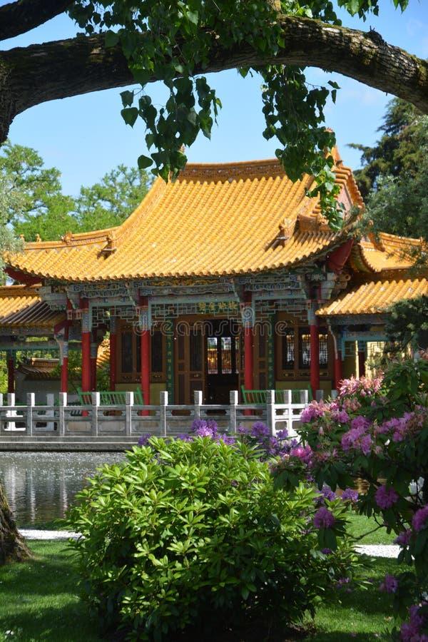 Jardín chino con la casa fotos de archivo