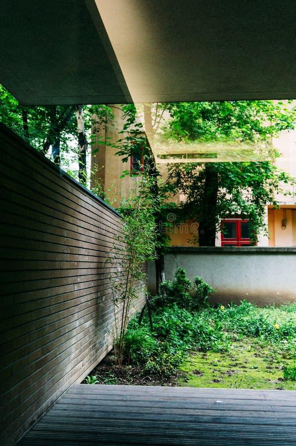 Jardín con decking de madera imágenes de archivo libres de regalías