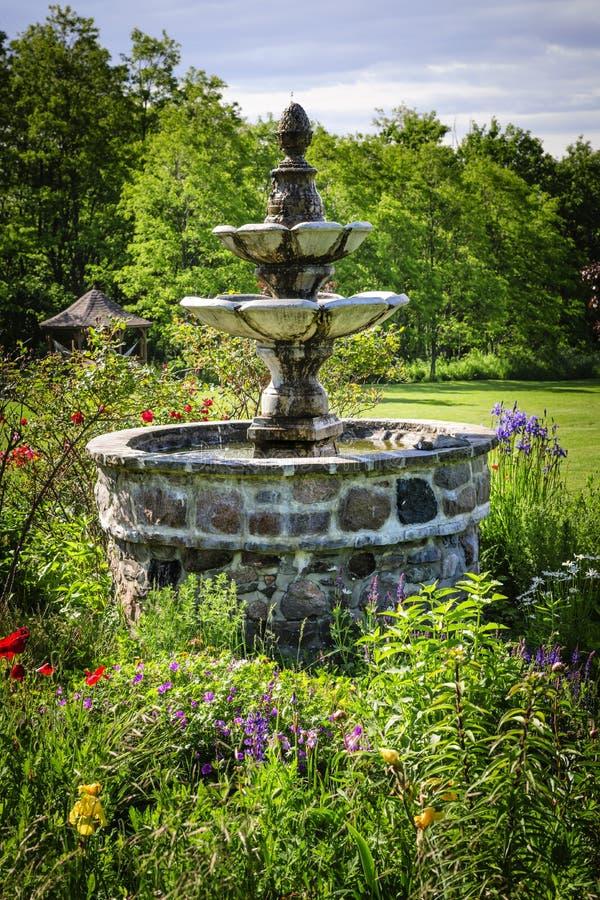 Jardín con la fuente fotos de archivo libres de regalías