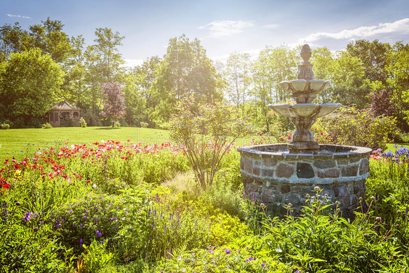 Jardín con la fuente y el gazebo foto de archivo libre de regalías
