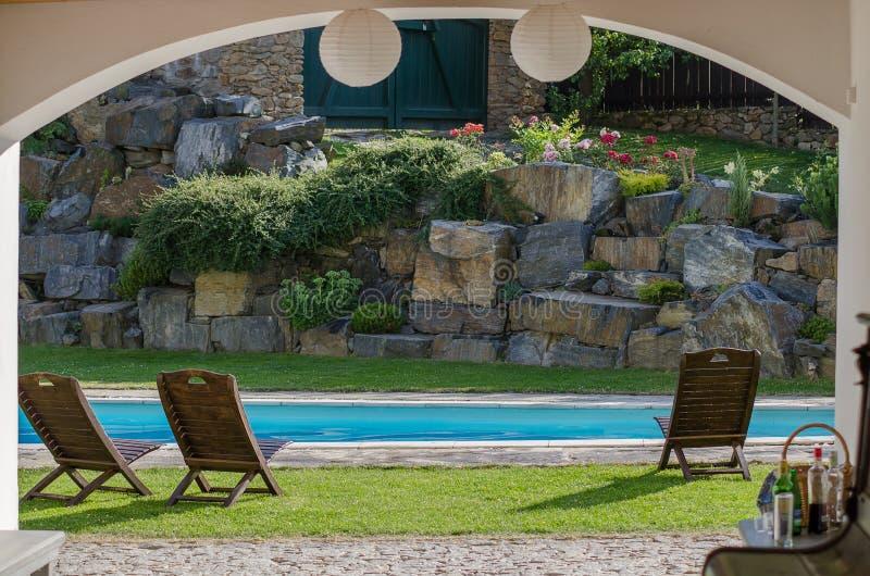 Jardín con la piscina fotografía de archivo libre de regalías