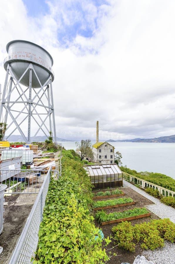 Jardín de Alcatraz y torre de agua, San Francisco, California imagen de archivo