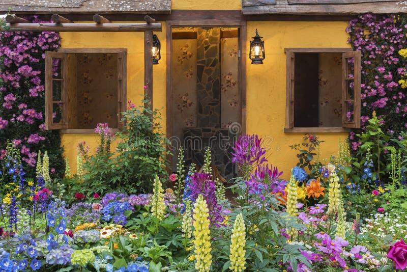 Jardín de flores del patio trasero de la casa residencial foto de archivo libre de regalías