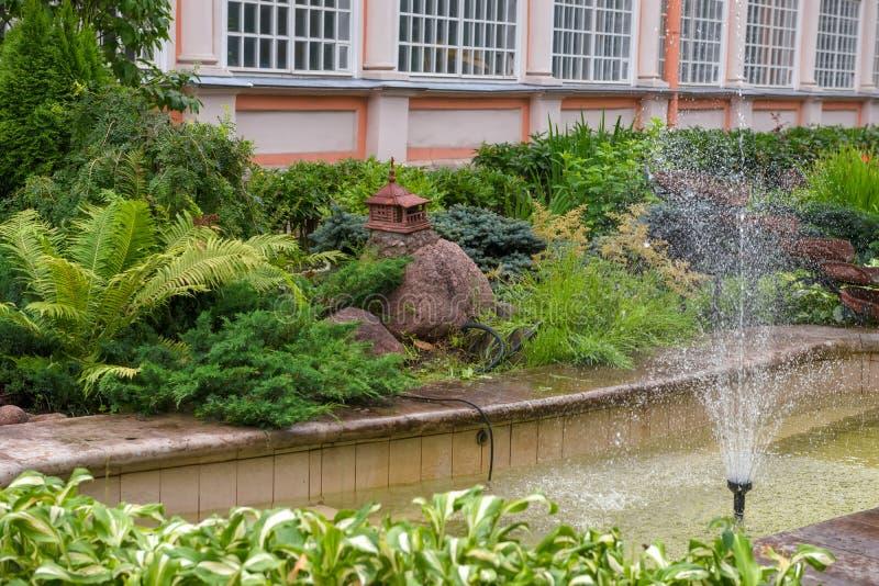 Jardín de flores el Espíritu Santo el cuerpo de Alexander Nevsky Lavra imagen de archivo libre de regalías