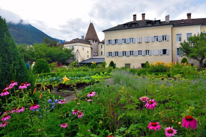 Jardín de flores en Bressanone Italia imagen de archivo