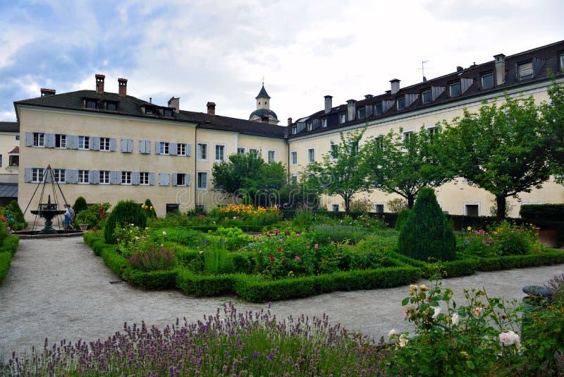 Jardín de flores en Bressanone Italia foto de archivo libre de regalías