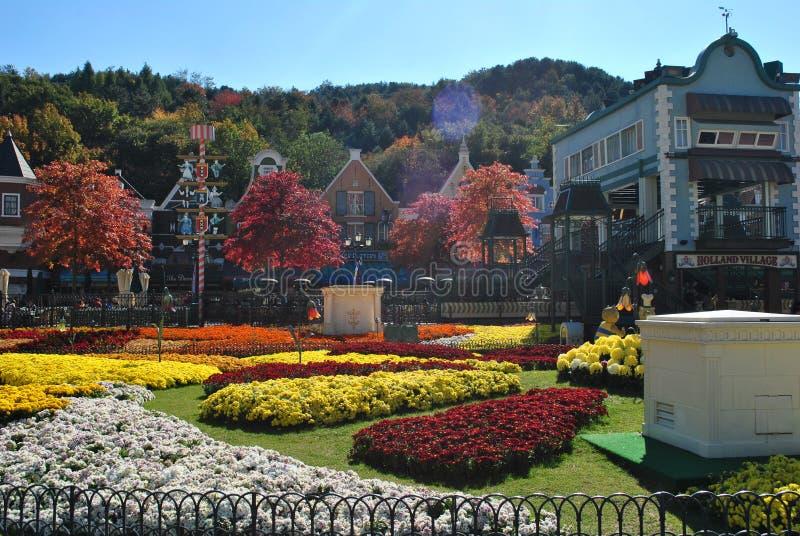Jardín de flores en el parque de atracciones foto de archivo libre de regalías