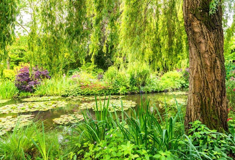 Jardín de Francia Giverny Monet en un día de primavera fotos de archivo