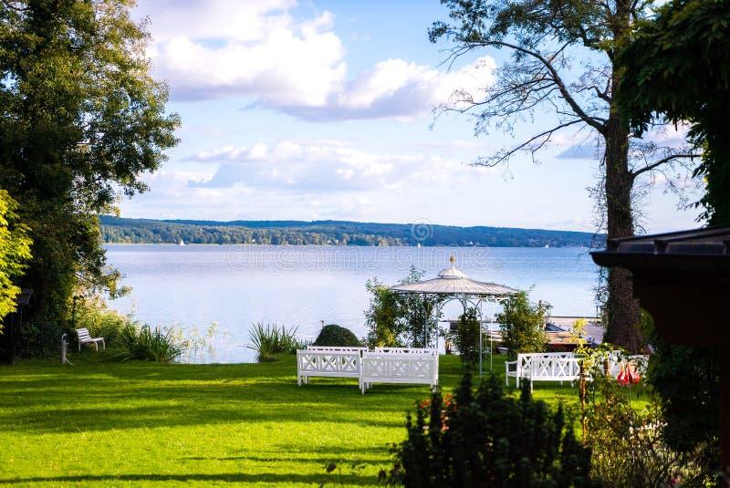 Jardín de la belleza con el gazebo moderno en el lago fotos de archivo