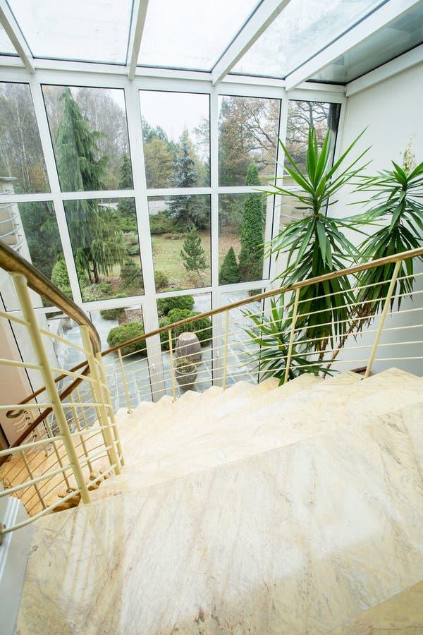 Jardín de la belleza - visión desde la ventana imagenes de archivo