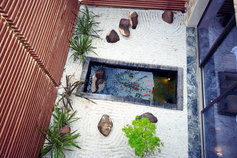 Jardín de la charca de Koi fotografía de archivo