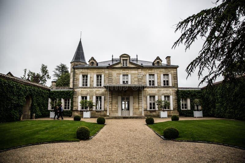 Jardín de la mansión de Cheval Blanc del castillo francés, emilion del santo, orilla derecha, Burdeos, Francia imagen de archivo