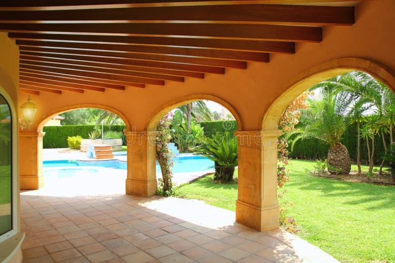 Jardín de la piscina de la casa de los archs de la columnata imágenes de archivo libres de regalías