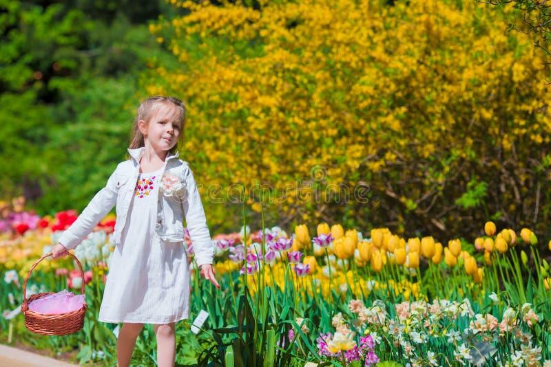 Jard n de la primavera flores de la primavera ni a for Jardines de primavera