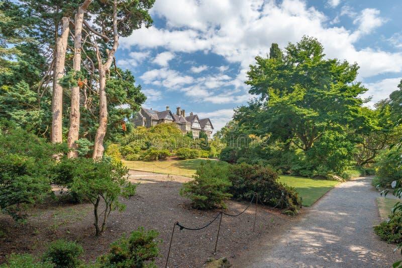 Jardín de la sombra, jardín de Bodnant, País de Gales fotografía de archivo libre de regalías