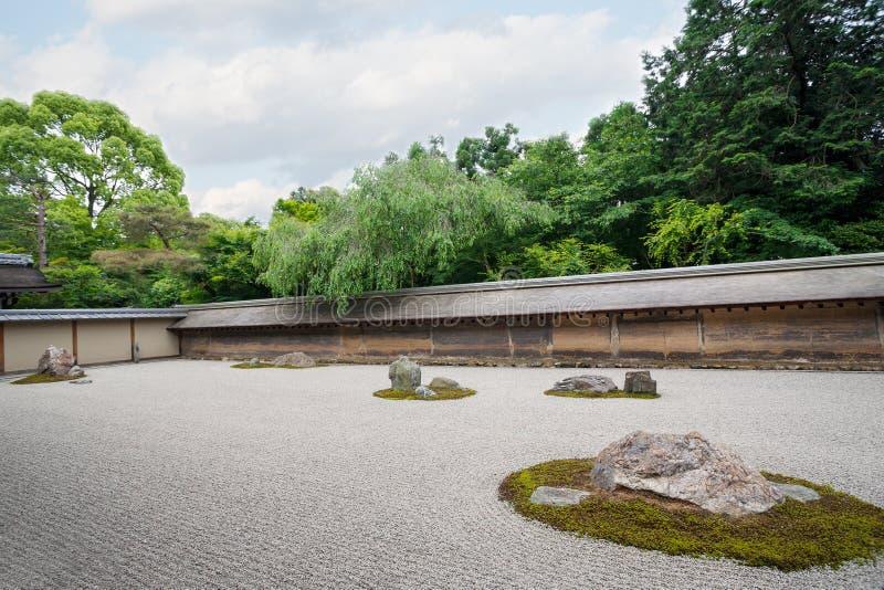 Jardín de piedras famoso Ryoanji en Kyoto foto de archivo