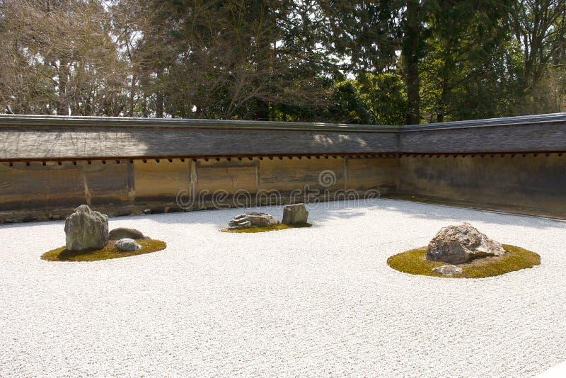 Jardín de roca en el templo de Ryoan-ji, Kyoto, Japón. foto de archivo