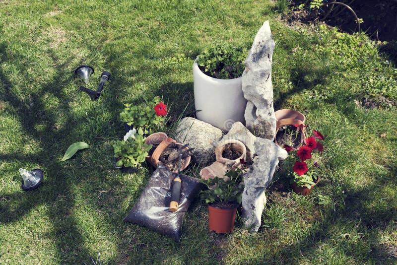 Jardín de rocalla y flores del establecimiento El tiempo de primavera… subió las hojas, fondo natural fotografía de archivo libre de regalías