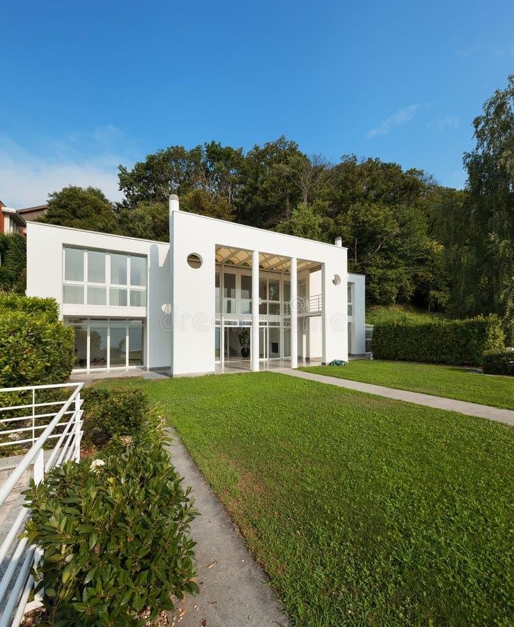 Jardín de un chalet moderno blanco fotos de archivo