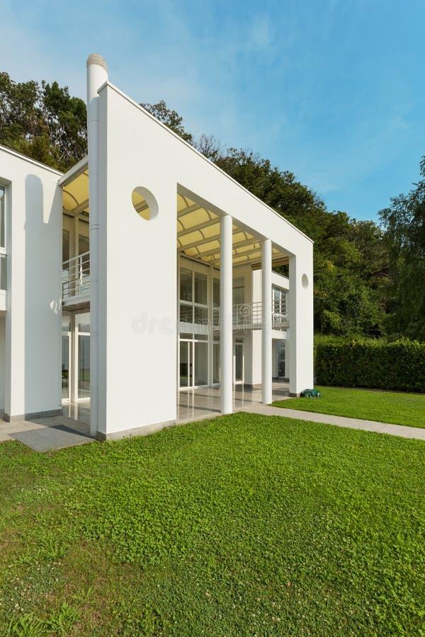Jardín de un chalet moderno blanco fotografía de archivo libre de regalías