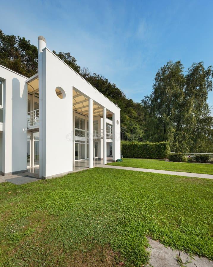 Jardín de un chalet moderno blanco foto de archivo