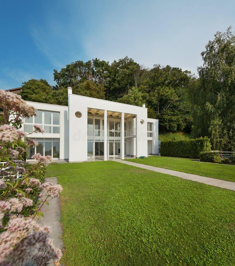 Jardín de un chalet moderno blanco imagenes de archivo