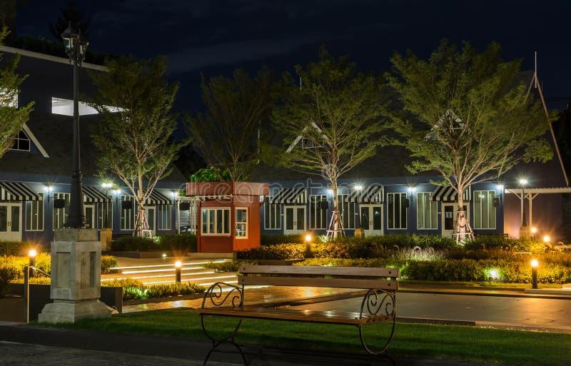 Jardín decorativo en la noche fotografía de archivo libre de regalías