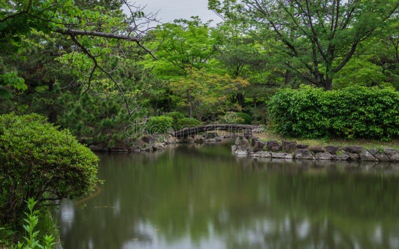 Jardín del castillo de Himeji, jardín japonés, con el puente, los koys, agua y la flora, exposición del bulbo Himeji, Hyogo, Jap? foto de archivo
