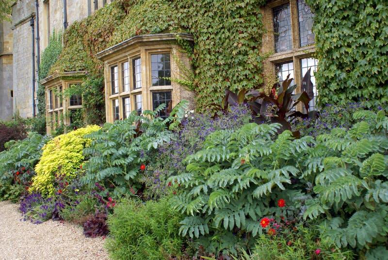 Jardín del castillo de Sudeley en Inglaterra imágenes de archivo libres de regalías