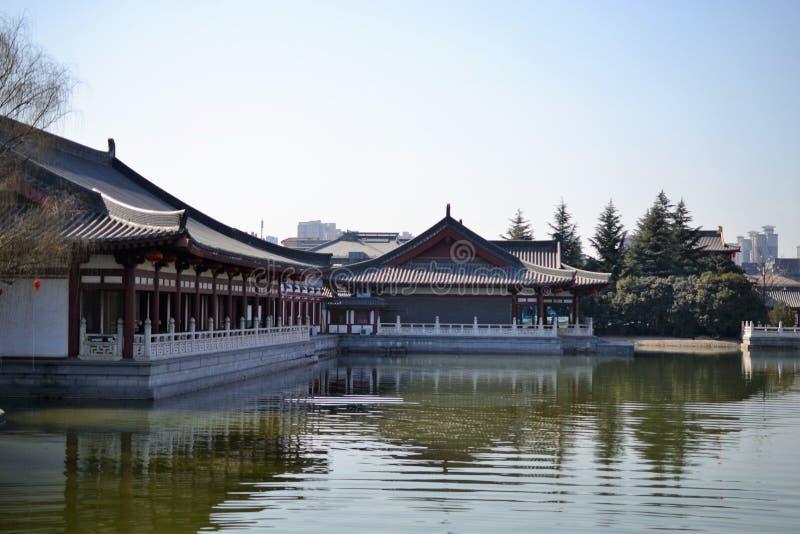 Jardín del furong de Datang con los edificios chinos tradicionales de la dinastía Tang en Xian, Shaanxi, China imagenes de archivo