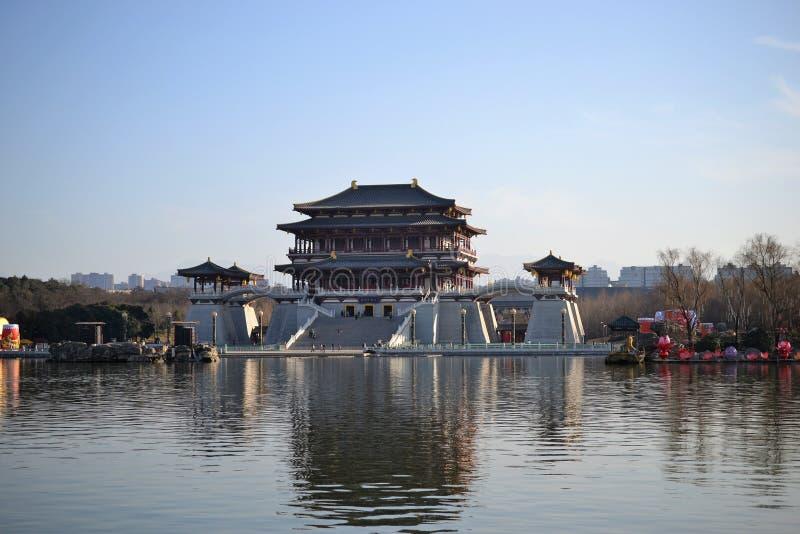 Jardín del furong de Datang con los edificios chinos tradicionales de la dinastía Tang en Xian, Shaanxi, China foto de archivo