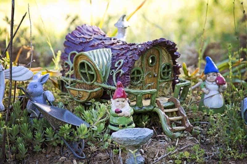 Jardín del gnomo y casa del carro foto de archivo libre de regalías