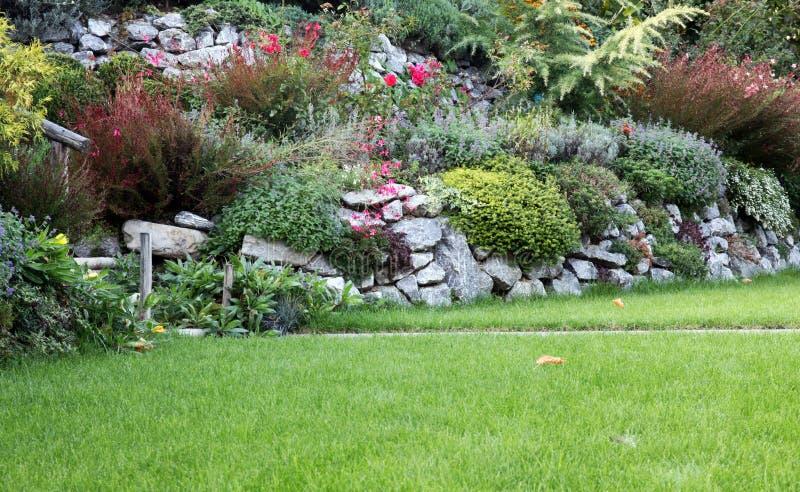 Jardín del jardín de rocalla fotos de archivo libres de regalías