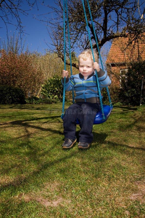 Jardín del oscilación del niño imagen de archivo libre de regalías