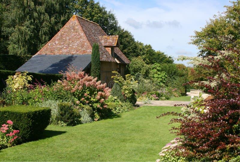Jardín del país de Normandía con el césped imagenes de archivo