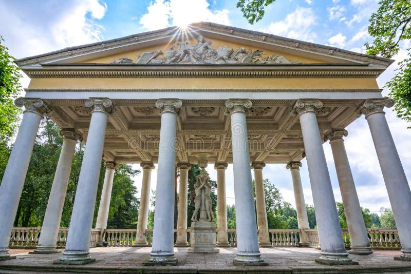 Jardín del pabellón de tres tolerancias en privado del parque de Pavlovsky, St Petersburg, Rusia fotos de archivo libres de regalías