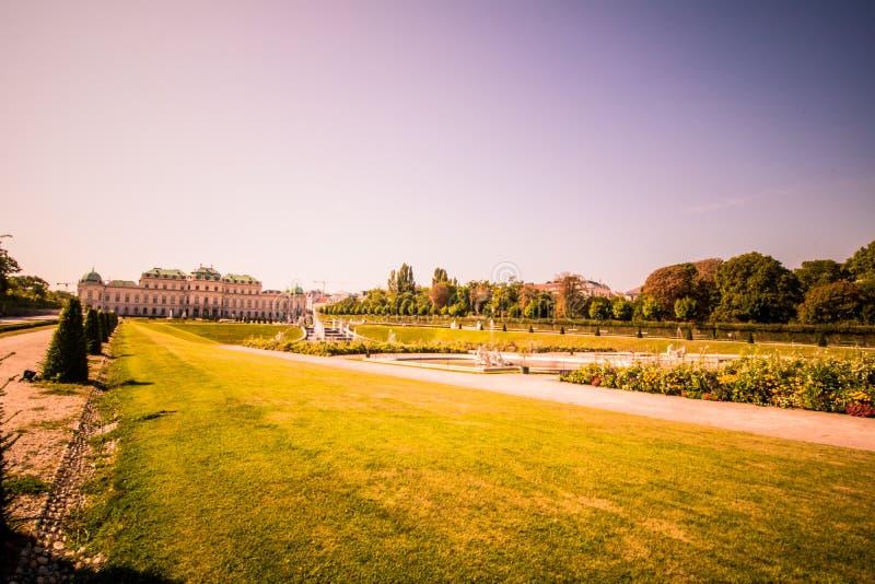 Jardín del palacio del belvedere en Viena, Austria imagenes de archivo