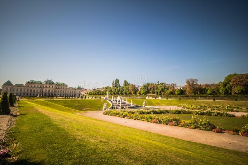Jardín del palacio del belvedere en Viena, Austria foto de archivo