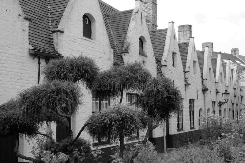 Jardín del patio de los hospicios de Meulenaere y de Saint Joseph, Brujas Brujas, Bélgica imágenes de archivo libres de regalías