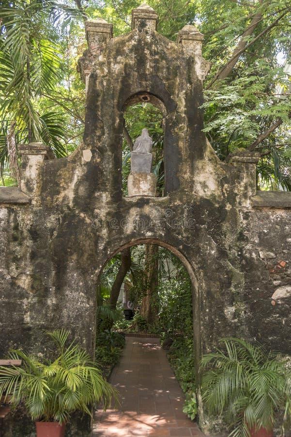 Jardín del patio, Parroquia San Pedro Claver fotografía de archivo