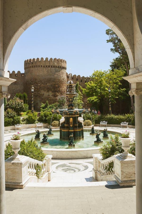Jardín del ` s del gobernador, Baku, Azerbaijan Opinión de la primavera en el jardín del ` s del gobernador de Baku, Azerbaijan foto de archivo